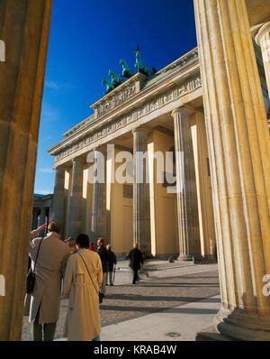 Touristen vor dem Brandenburger Tor, Berlin, Deutschland Stockbild