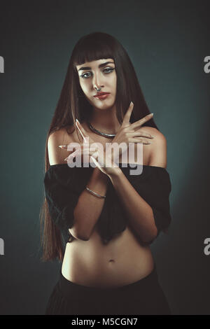 Dunkle Gipsy witch. Studio Portrait Stockbild