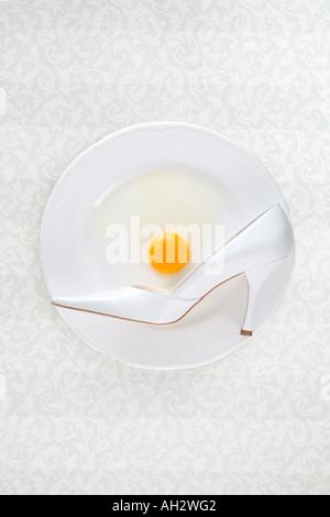 weiße high-Heel mit Ei auf weißen Teller, Studio gedreht Stockbild