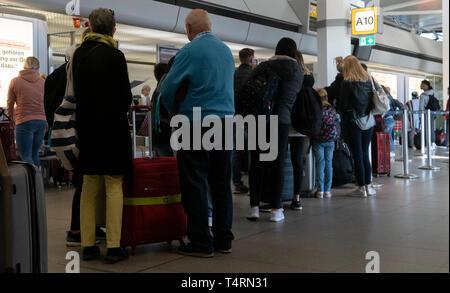 Berlin, Deutschland. 19 Apr, 2019. Reisende stehen im Terminal am Flughafen Tegel und in eine Warteschlange für den Check-in warten. Credit: Paul Zinken/dpa/Alamy leben Nachrichten Stockbild