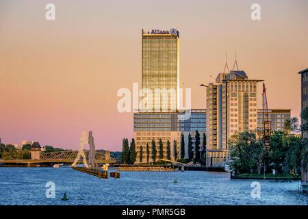 Spree, Bürogebäude, Aliianz Tower, Treptowers, Monecule Mann, Berlin, Deutschland Stockbild