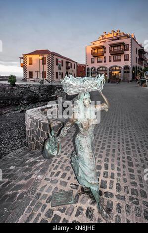 Skulptur von Frauen mit Fisch im alten Hafen von Puerto de la Cruz, Muelle pesquero, Teneriffa, Spanien Stockbild