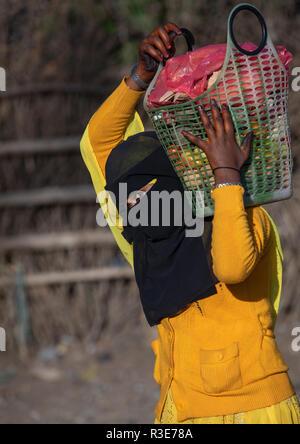 Oromo Frau das Tragen einer Burka in den Markt, Amhara-region, Senbete, Äthiopien Stockbild