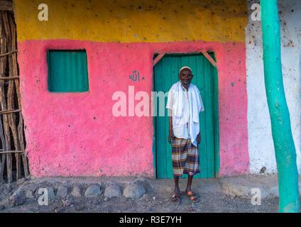 Porträt eines alten ferne Stamm Mann vor einem rosa Haus, ferne Region, Afambo, Äthiopien Stockbild