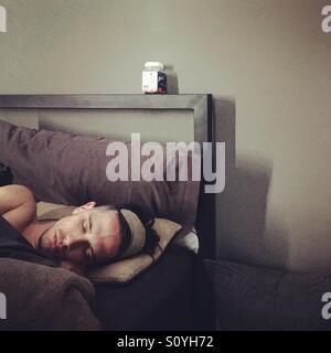 Mann im Bett schlafen. Stockbild
