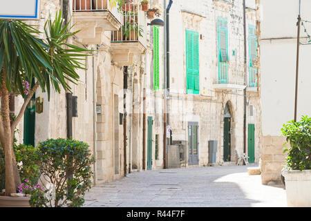Molfetta, Apulien, Italien - beruhigende Atmosphäre in der Altstadt von Molfetta Stockbild
