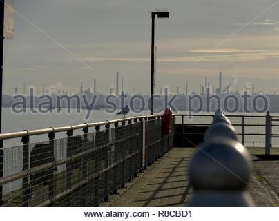 Fawley Ölraffinerie von Southampton Town Quay, Stockbild