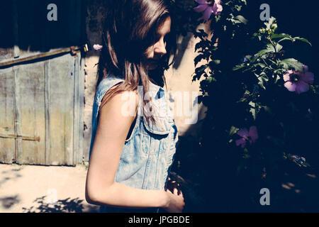 Authentische Frau Blume Bush im Sommer Schatten Stockbild