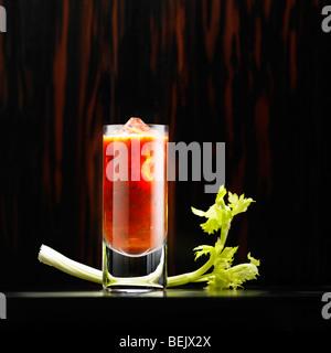 Bloody Mary mit Tomatensaft, Wodka, Sellerie, Pfeffer und Tabasco-sauce. Stockbild