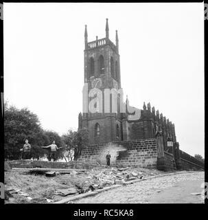 St Mary's Church, St. Mary's Street, Steinbruch Hill, Leeds, 1966-1974. Drei Jungen spielen auf der verfallenen Überreste einer Struktur im Westen der Kirche. St Mary's wurde 1823 als Teil der Millionen Handeln, eine Regelung, durch die die Regierung, eine Million Pfund zur Verfügung gestellt neue Kirchen in städtischen Gebieten zu Fonds errichtet. Es abgerissen wurde circa 1980. Die Terrassen, die früher die Straße gesäumt war von den 1950er Jahren abgerissen. Stockbild