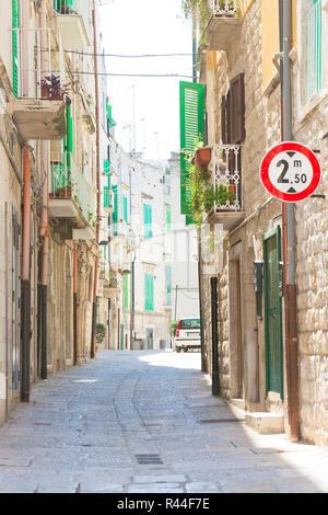 Molfetta, Apulien, Italien - Wandern durch einen alten Gasse in Molfetta Stockbild