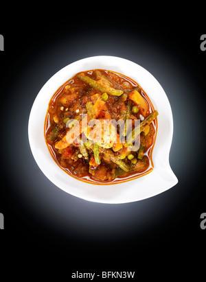 Gemüsecurry mit grünem Chili, Minze und Koriander Stockbild
