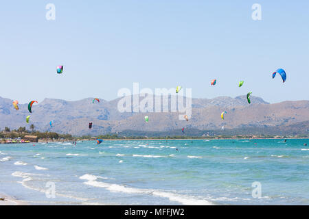 Alcudia, Mallorca, Spanien - Kitesurfen, am wunderschönen Strand von Alcudia Stockbild