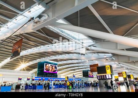 England, London, Heathrow Flughafen, Terminal 5, Check-in-Bereich Stockbild