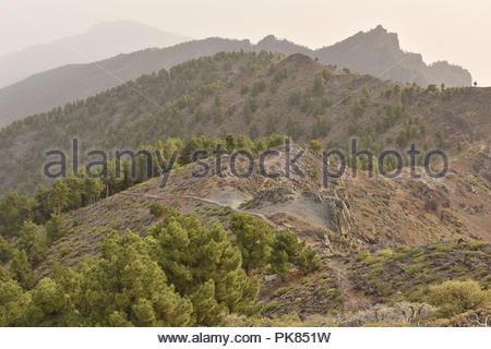 Ruta de la Cresteria Wanderweg entlang des Kraters führende, vulkanische Landschaft von Caldera de Taburiente National Park La Palma Kanarische Inseln Spanien. Stockbild
