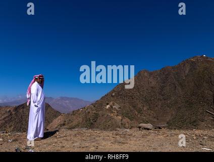 Saudi Mann in den Bergen, in der Provinz Jizan, Addayer, Saudi-Arabien Stockbild