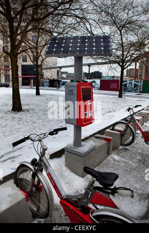 Berlin Deutschland, Winter Parkplätze für Fahrräder im Verleih mieten Stockbild