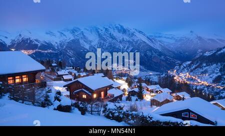 La Tzoumaz im Winter in der Dämmerung, Wallis, Schweiz Stockbild