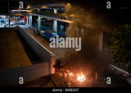 Ein Brand, der durch Demonstranten während der Auseinandersetzungen mit der Polizei begonnen. Die Hong Kong Polizei hat verwendet, Tränengas und Blase Munition gegen Demonstranten als Hunderte von Demonstranten marschierten hat die geplante Demonstration Route. Zehntausende von pro-demokratischen Demonstranten haben wöchentliche Kundgebungen auf den Straßen von Hong Kong gegen die umstrittene Auslieferung Rechnung seit Anfang Juni fortgesetzt Stockbild