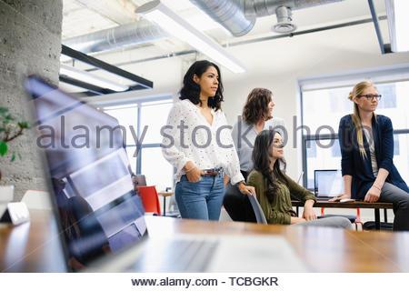 Selbstbewusst, ehrgeizig Unternehmerinnen arbeiten im Büro Stockbild
