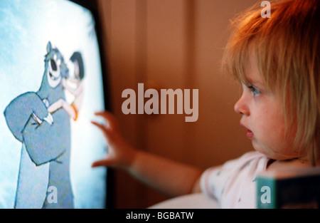 Foto des Kindes Zeichentrickfilme tv Fernsehen Kinder suchen Stockbild