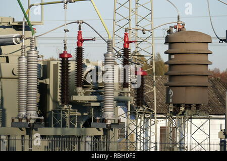 Die Isolatoren in einer Unterstation, Bremen, Deutschland, Europa ich Isolatoren in einem Umspannwerk, Bremen, Deutschland I Stockbild