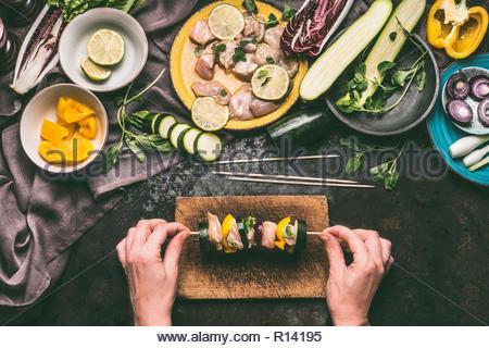 Hohe Betrachtungswinkel und einer Person, die die Zubereitung von Speisen auf einem Schneidebrett Stockbild