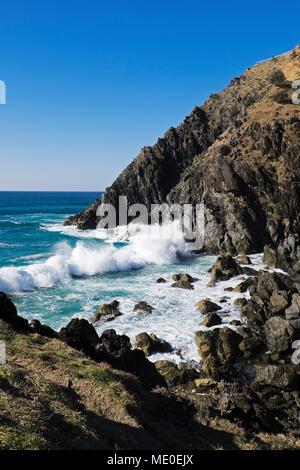 Malerischer Blick auf felsigen Küstenlinie und brechenden Wellen bei Byron Bay in New South Wales, Australien Stockbild