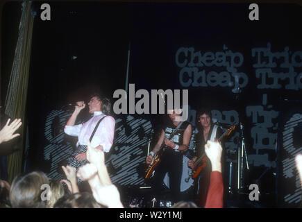 CHEAP TRICK UNS rock group über 1982 mit Robin Zander, Rick Nielsen und Tom Petersson im Hollywood Palladium in Los Angeles, Kalifornien. Foto: Jeffrey Mayer Stockbild