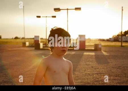 Nackter Oberkörper junge an Tankstelle Stockbild