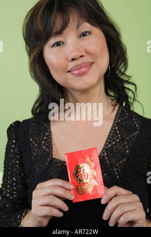 Frau halten rote Päckchen Stockbild