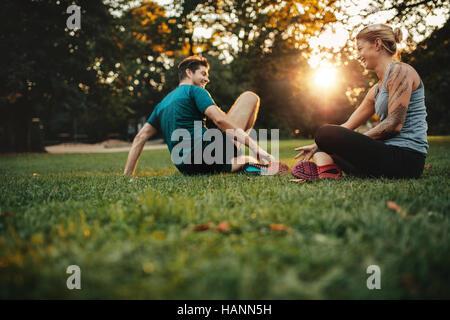 Happy fit junges Paar im Park trainieren. Entspannen sich nach körperlichem Training Session. Stockbild
