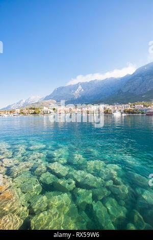 Makarska, Dalmatien, Kroatien, Europa - Klares Wasser des Mittelmeers an Makarska Stockbild