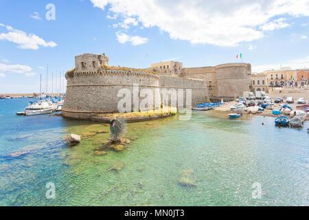 Gallipoli, Apulien, Italien - Mai 2017 - Blick vom Hafen in Richtung der mittleren Alters fort von Gallipoli Stockbild