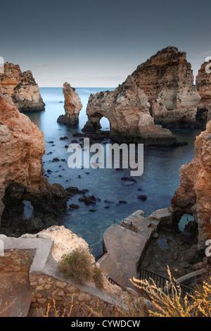 Ponta da Piedade Felsnadeln und Bögen in der Abenddämmerung, Portugal erfasst. Stockbild