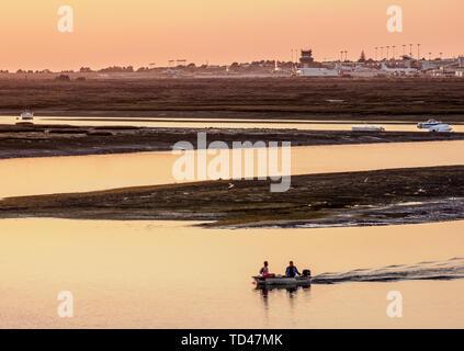 Blick auf den Naturpark Ria Formosa bei Sonnenuntergang, Faro, Algarve, Portugal, Europa Stockbild