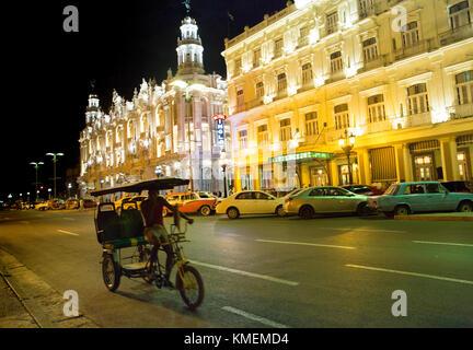 Verschiedene Generationen von Transport auf der Straße in Havanna in der Nähe der großen Theater Stockbild