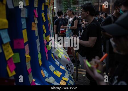 Die Demonstranten schreiben Botschaften an eine Lennon Wand außerhalb der Polizei Hauptquartier in der Admiralität während der bürgerlichen Menschenrechte vor März. Hongkong Demonstranten für ein weiteres Wochenende der Proteste gegen die umstrittene Auslieferung Rechnung und mit einer wachsenden Liste von Beschwerden gesammelt, der Aufrechterhaltung des Drucks auf Chief Executive Carrie Lam. Stockbild