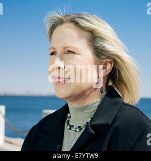Porträt der Frau mittleren Alters auf promenade Stockbild