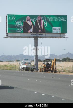 Kronprinz Mohammed Bin Salman und Salman Bin Abdulaziz Al Saud propaganda Billboard über Vision 2030, Mekka Provinz, Jeddah, Saudi-Arabien Stockbild