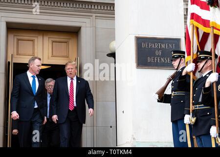 Us-Präsident Donald Trump, rechts, ist begleitet von der US-Verteidigungsminister Patrick Shanahan, als er das Pentagon fährt folgenden Sitzungen März 15, 2019 in Washington, D.C. Stockbild