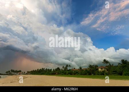 Induruwa Beach, Sri Lanka, Asien - riesige Wolken und verschiedenen Licht bei Sonnenuntergang am Strand von Induruwa Stockbild