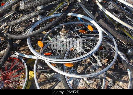 Altes Fahrrad Reifen auf dem Boden liegend, Deutschland Ich Alte Fahrradreifen auf dem Boden liegend, Deutschland I Stockbild