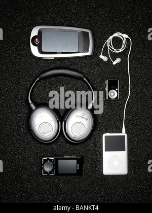 Audio-Elektronik auf schwarzem Sand Stockbild