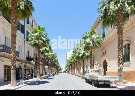 Taranto, Apulien, Italien - 31. MAI 2017 - Palmen neben dem Bürgersteig in der streers von Taranto Stockbild
