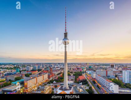 Berlin, Deutschland die Skyline in der Dämmerung. Stockbild