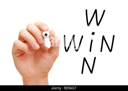 Hand schreiben Win Situation gewinnen Kreuzworträtsel Konzept mit schwarzem Marker auf Transparenten abwischen Board auf Weiß isoliert. Stockbild