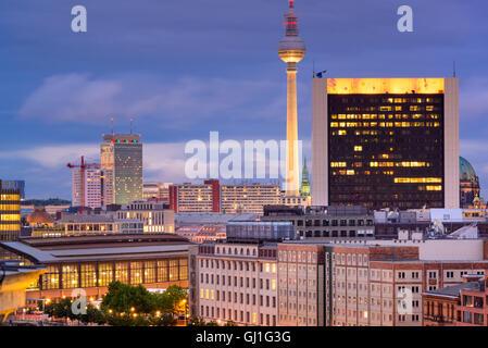 Berlin, Deutschland-Stadtbild in der Dämmerung. Stockbild