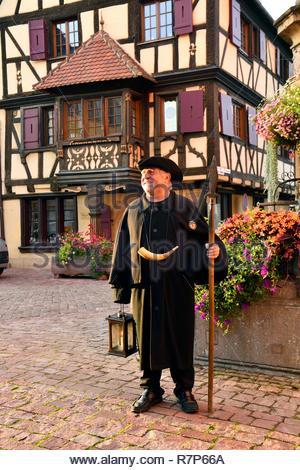 Frankreich, Haut Rhin, Alsace Wein Straße, Turckheim, Turenne, Brunnen, der Nachtwächter Stockbild
