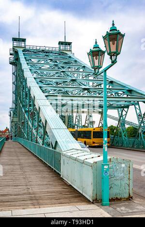 Verkehrssituation auf der historischen Brücke BLAUES WUNDER im Stadtteil Loschwitz, Dresden, Sachsen, Deutschland, Europa. Stockbild
